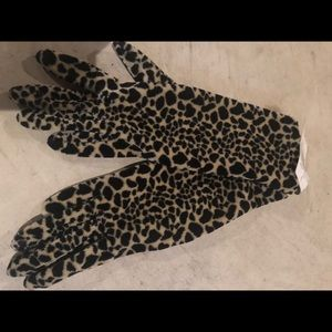 Accessories - Soft velvety leopard printed gloves NWT